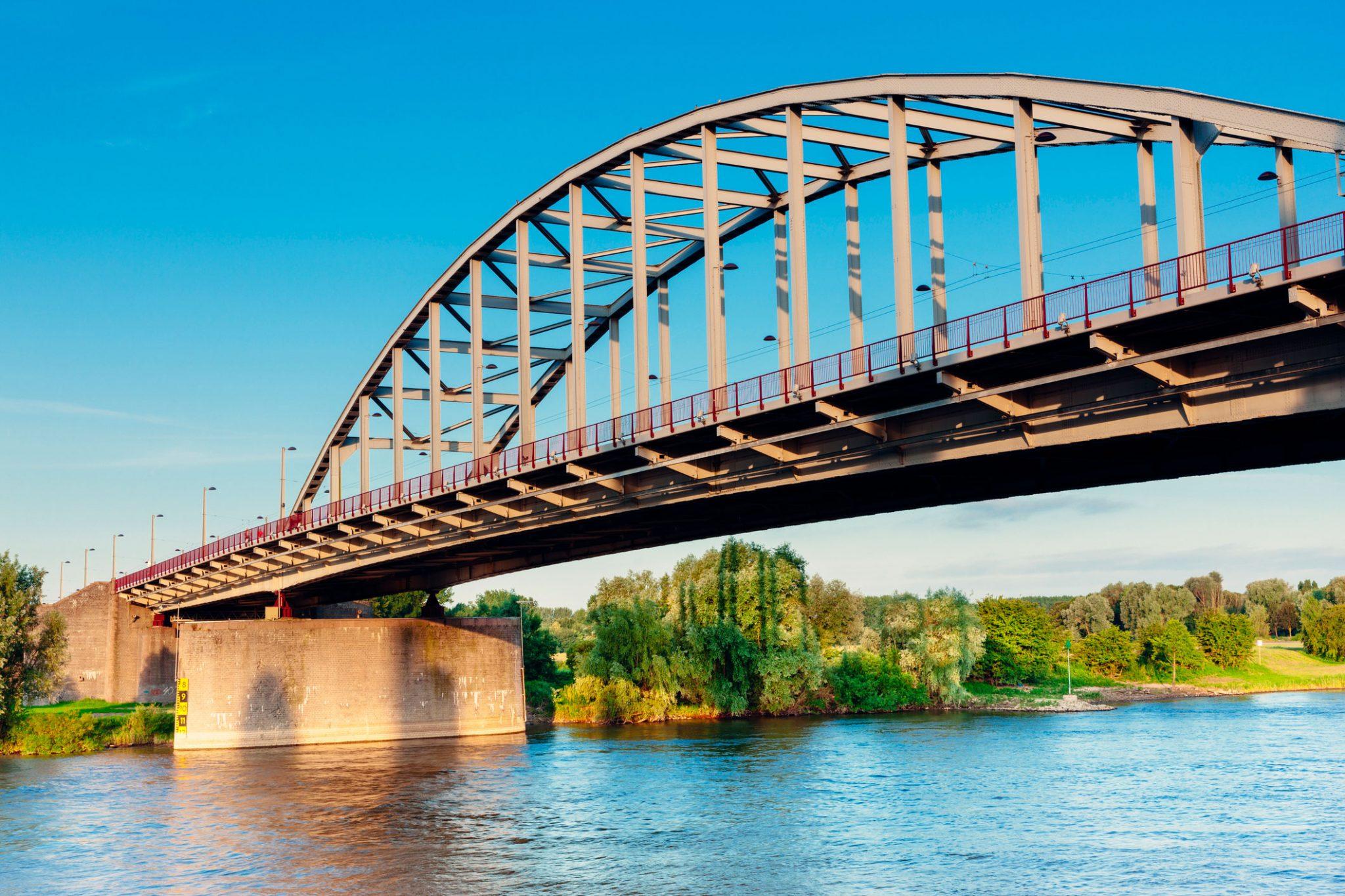 Een brug te ver...